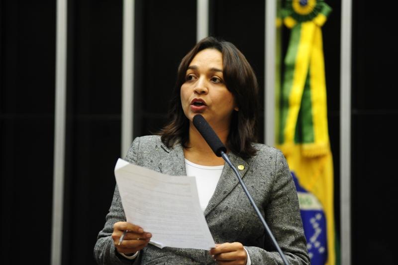 Deputada Eliziane Gama explanando discursando discurso palanque ao microfone no Plenário Ulysses Guimarães