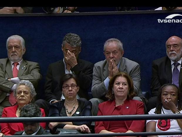 A cara da derrota: o indiciado Lula acompanha discurso de Dilma na galeria do plenário do Senado ao lado do cantor e compositor Chico Buarque e de ex-ministros da petista, entre os quais professora Eleonora Menicucci, uma das maiores abortistas do mundo (Foto: Reprodução / TV Senado)